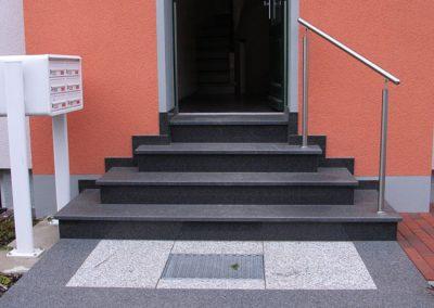 Treppenaufgang mit Geländer und Briefkasten