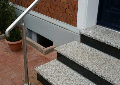 Treppenaufgang mit Edelstahl-Geländer